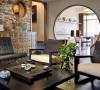客厅和餐厅的隔断用圆拱型推拉门,在保证采