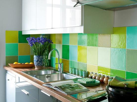 用混拼的瓷砖铺设厨房的防溅板,实在太美了