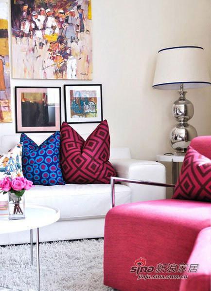 白色的皮质沙发与地毯相呼应,不同材质搭配