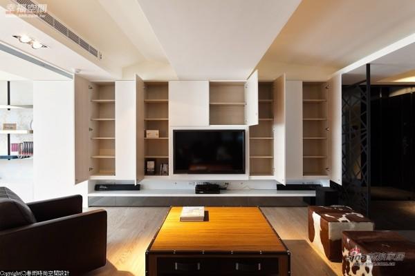 白色烤漆电视柜蕴含整个墙面的收纳量