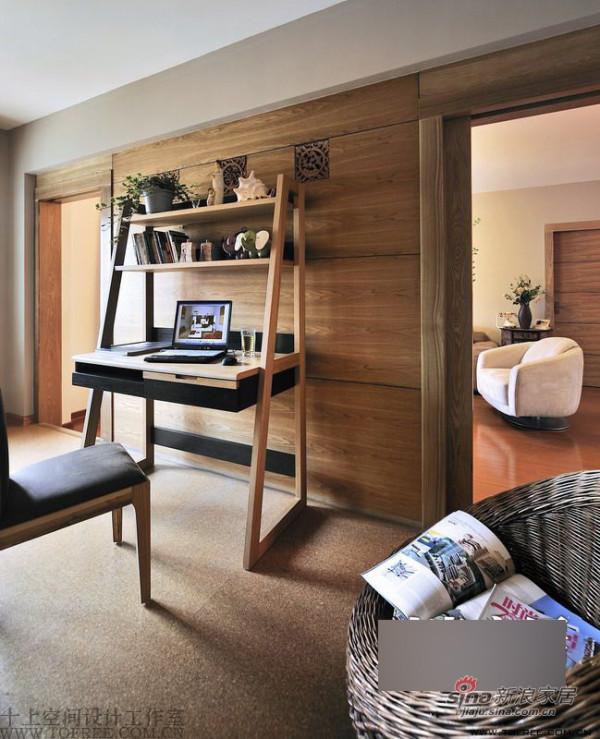 木质墙壁与同色系地毯