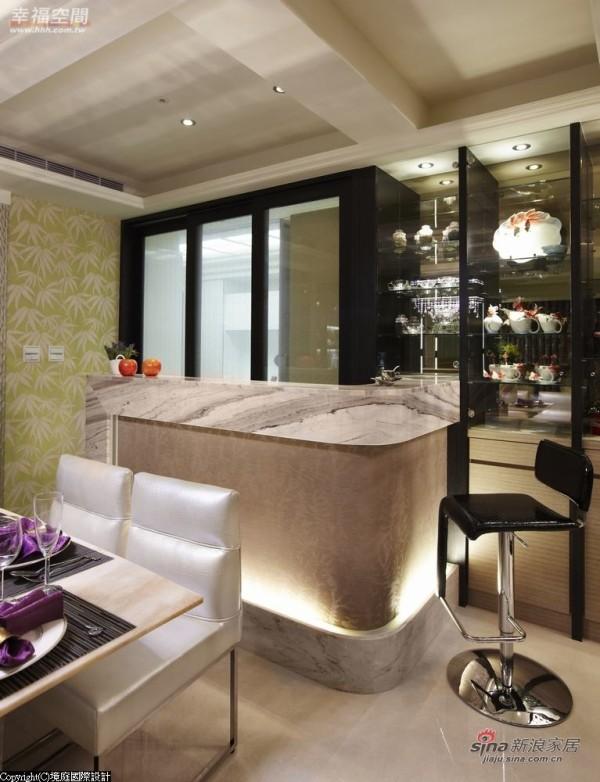 淡绿色的夹纱玻璃延伸青玉石色系,呼应客厅
