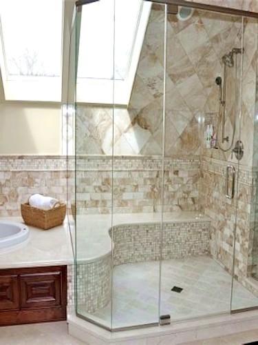 阁楼上的浴室,个 性的墙面图案装饰出复古的感觉.