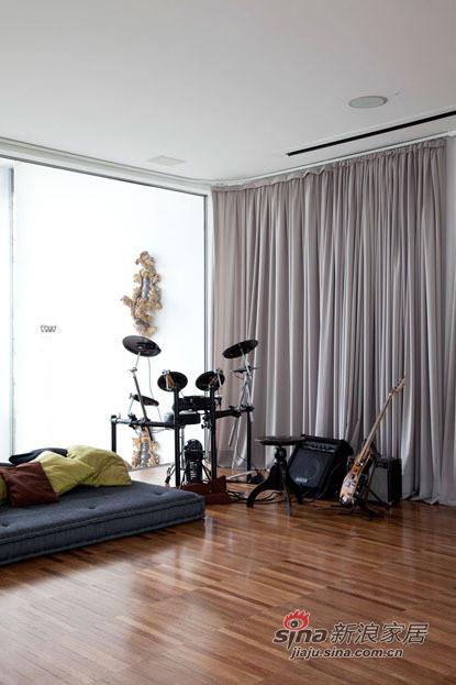 宽敞的客厅放置休闲的设备,不仅实用,还调节了整个空间的气氛