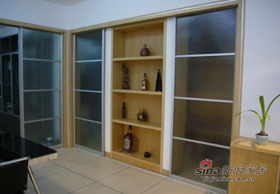 我的酒柜,左边是厨房门右边是储藏间的门
