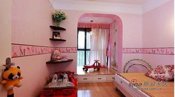 儿童房女儿的公主房,墙角的搁板 放她的照