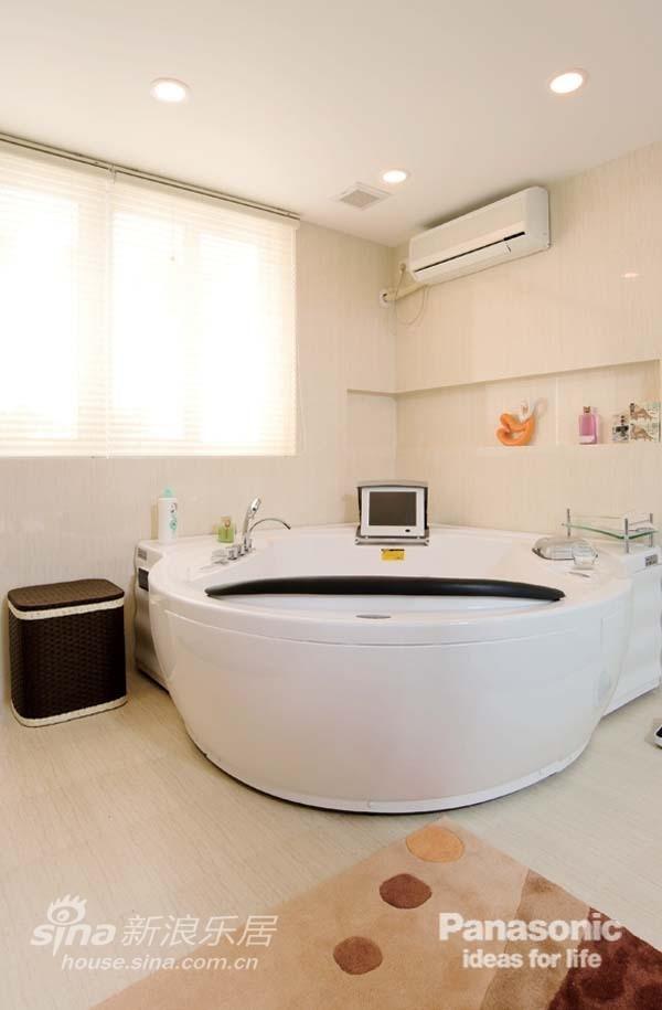 卧室里的按摩浴缸在D调中透露着无比奢华