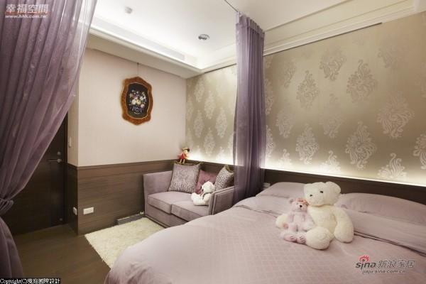 在床边设置纱帘来增加浪漫氛围
