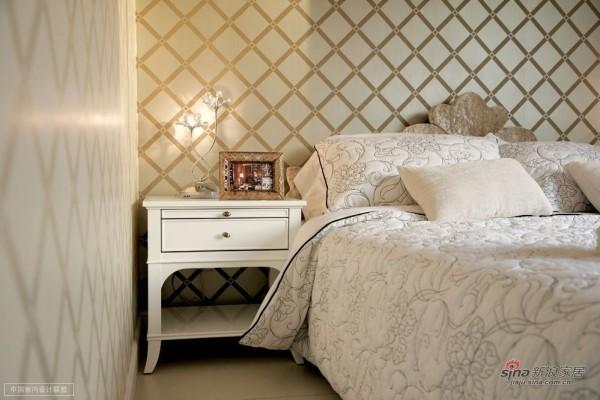 卧室也维持了纯美的欧式风,墙壁的格子风格非常大气
