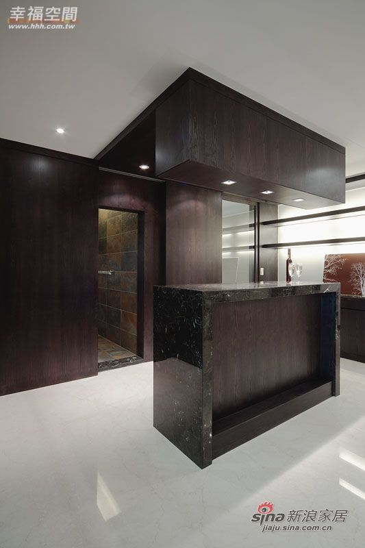 简约 三居 玄关图片来自幸福空间在231平黑白利落时尚大3居爱家83的分享