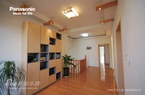 2楼的走廊使用了松下摩登柜进行了装饰