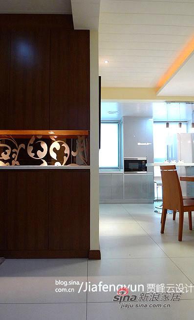 入门柜采用柚木贴面设计,实用中透出时尚。