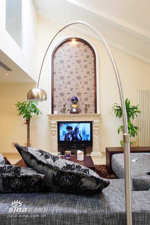 壁炉内填入电视,配上拱形装饰