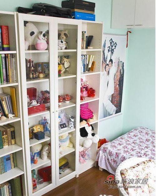 书架里收集的有毛绒和玩具