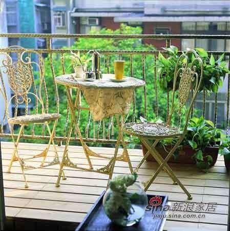 阳台配上一组钢藤椅和一组圆桌,别有风情