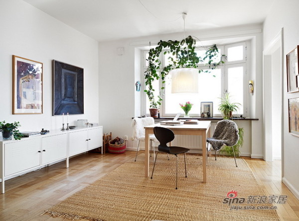 舒适的沙发和床,铁艺的吊灯,木制摇椅等相