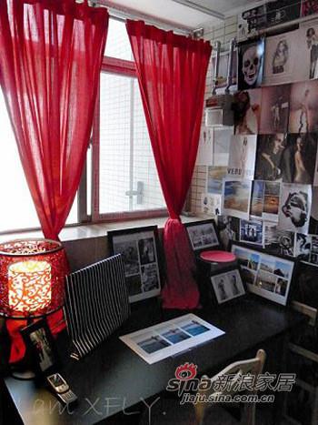 电脑桌。红红的窗帘,很有激情