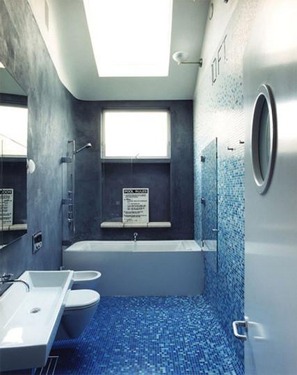 喜欢那海天般渐变的马赛克。浴缸与空间等宽