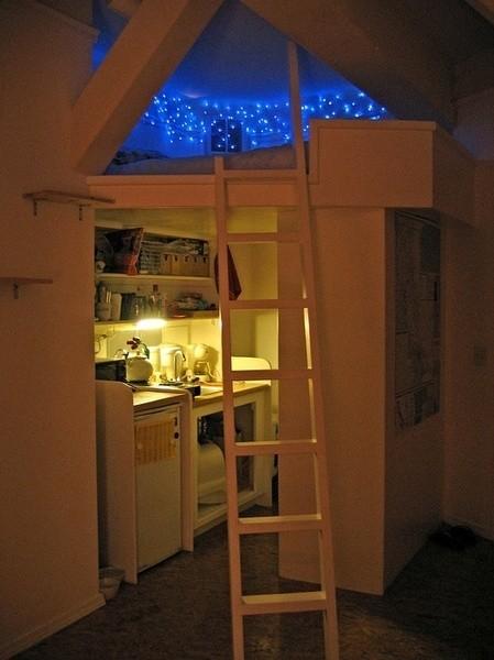 在天花板装上彩灯 别有一番景致