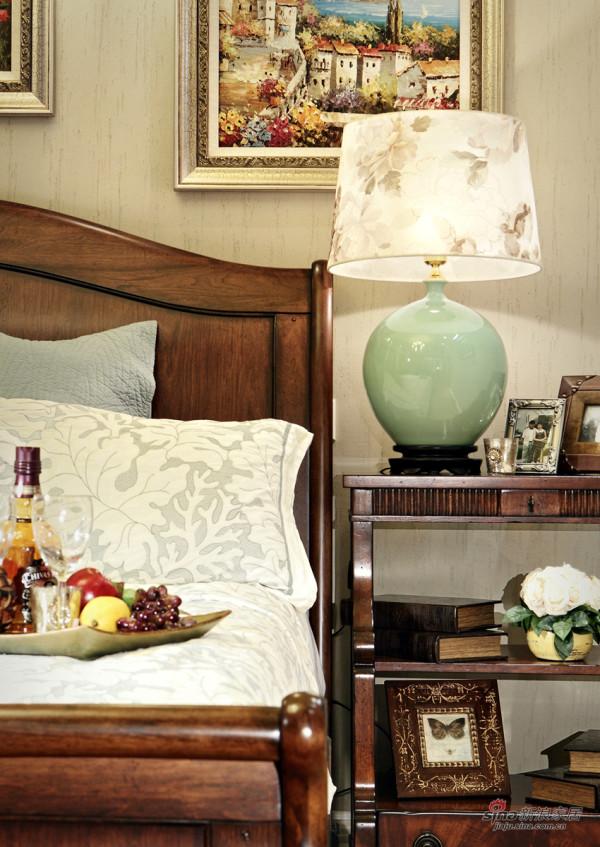 床头特写,陶瓷台灯弱化了雪橇床的厚重感