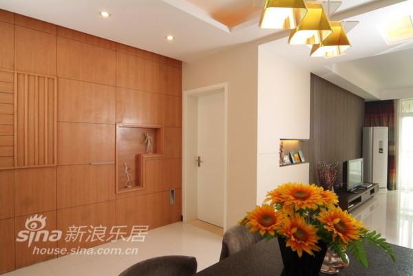 橡木做了整面墙体的装饰
