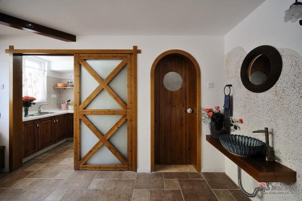 木质的门型,很有童话的感觉