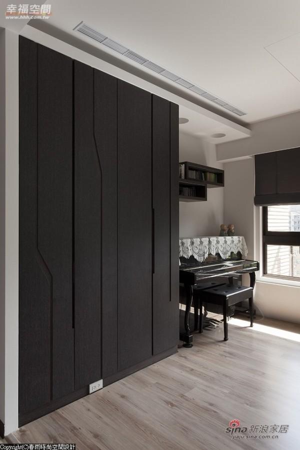 木地板铺饰的开放书房,兼具琴房的机能