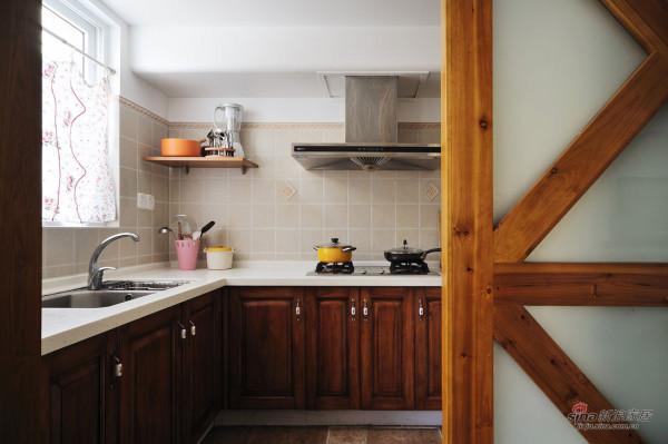 厨房经常有人进出,推门的设计特别好