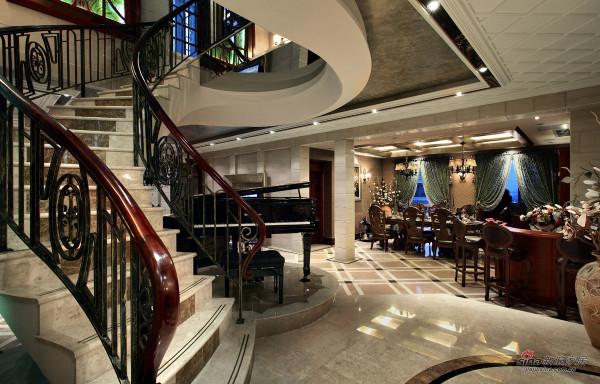 弧型楼梯造型延伸到顶面,勾勒出钢琴区