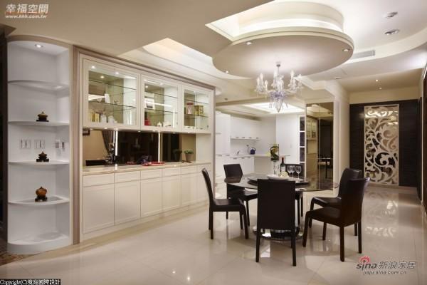 -水晶灯下导引开放式厨房空间