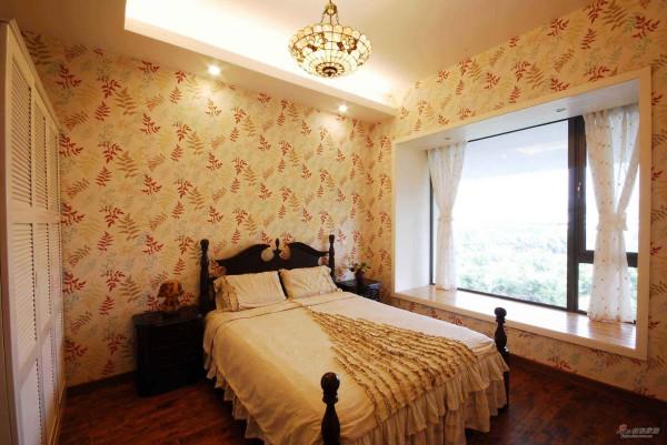 卧室的墙纸和被套相互呼应,非常温馨