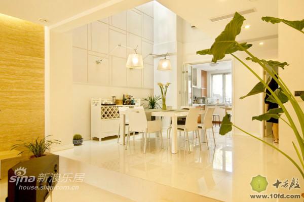 纯白色的餐厅与开放式的厨房