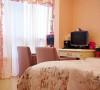 卧室的床品也是粉色的,和窗帘很搭