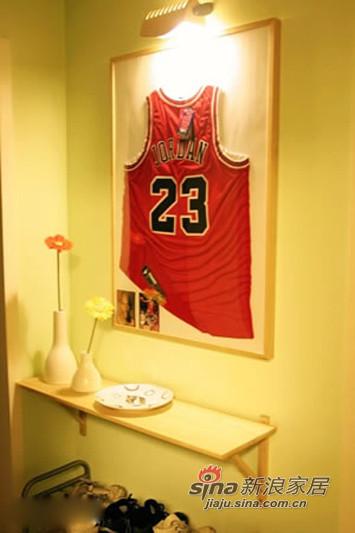 墙上是从美国带回的正版乔丹球衣
