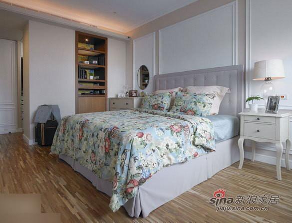 嵌入墙壁的书柜,造型奇特的床头柜。