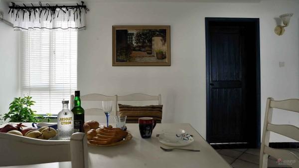 玄关小门处的小餐厅,处处可见的蕾丝维布,很甜美