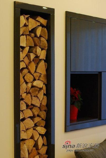 电视墙边上的原木装饰,可以吸甲醛更显得整