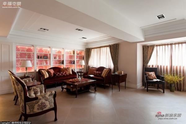 三组不同花色的英式沙发铺排在客厅空间