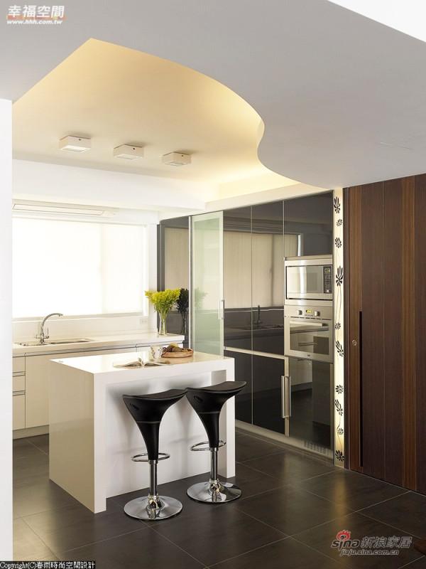 环保轻巧的烤漆玻璃门片后方完整收纳厨房