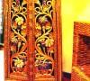 泰式家具多由人工制作,总有独特而繁复精巧的花纹,金光飞射,色彩艳目,满眼都是流动着的琉璃的绚烂,带着逼人的贵气