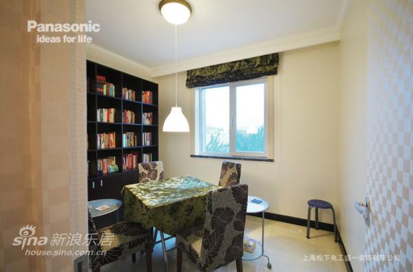 书房使用了明亮的色调,让办公都显得很轻松
