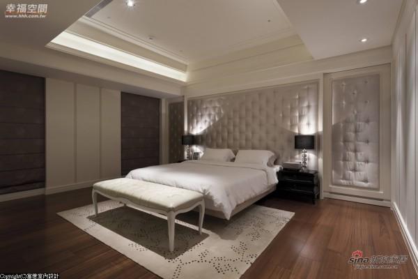 卧眠区以丝光布面及拉扣床头墙呈现柔和表情