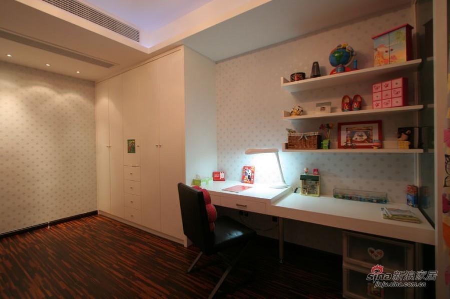 现代 四居 卧室图片来自用户2772840321在18.7万装浪漫度假4居52的分享