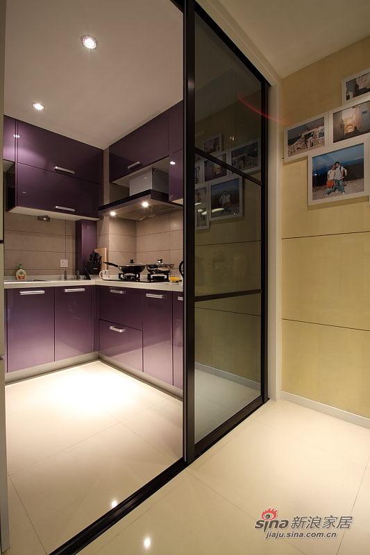 黑色的隔断门,看不到细节估计会有拉丝工艺。很漂亮,个人到不是很喜欢紫色的烤漆橱柜,不耐脏。