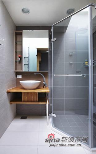 房的浴室,在淋浴區保留天窗條件,是名副其