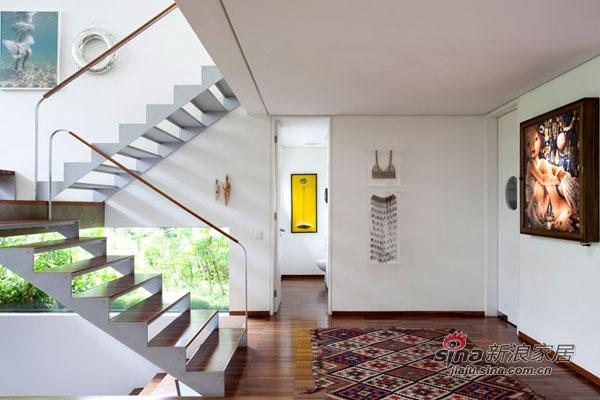 最爱复式的楼梯,墙壁上的插画非常有品味