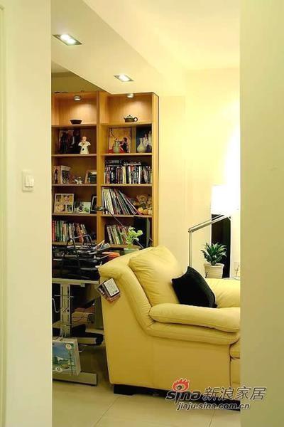 沙发后的书架