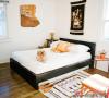 黄色的枕头、椅子和墙壁布艺