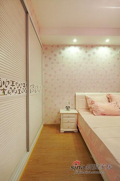 粉色花装水晶吊灯,粉色小碎花墙纸,白色的