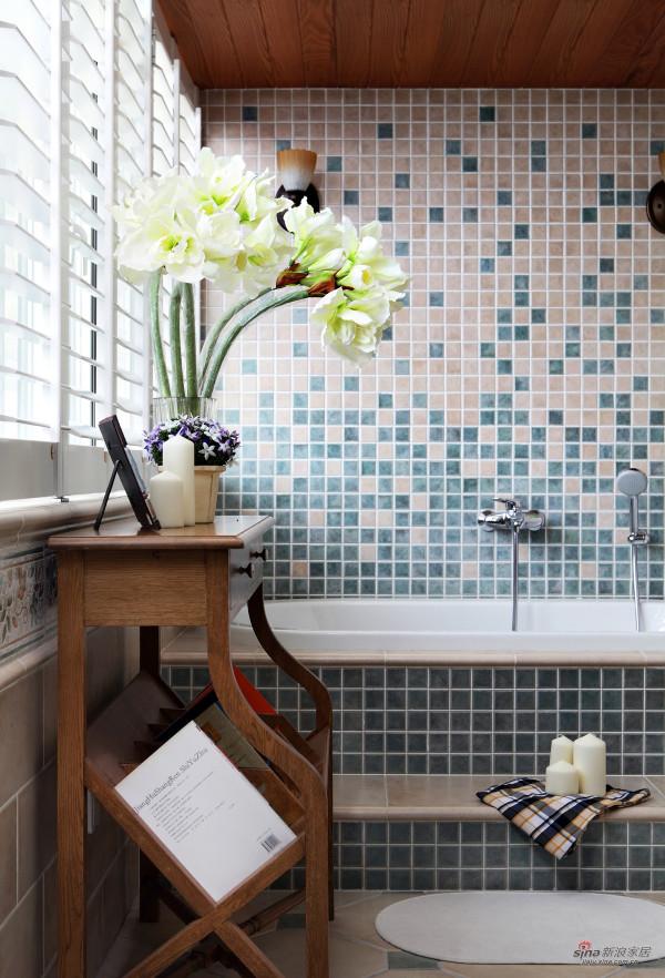 随意拼贴的马赛克瓷砖,犹如浴缸中溅起的水